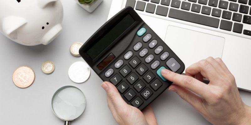 concept-economie-tirelire-calculatrice_23-2148525309